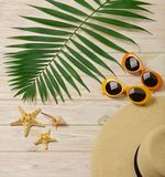 Accesorios de la playa - gafas de sol, sombrero y zapatos anaranjados y amarillos Imágenes de archivo libres de regalías