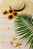 Accesorios de la playa - gafas de sol, sombrero y zapatos anaranjados y amarillos Fotografía de archivo libre de regalías