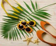 Accesorios de la playa - gafas de sol, sombrero y zapatos anaranjados y amarillos Fotografía de archivo