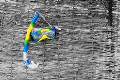 Accesorios de la playa Máscara, aletas, tubo respirador en fondo del rotang Imágenes de archivo libres de regalías