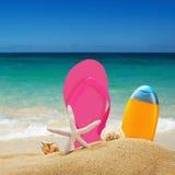 Accesorios de la playa para relajarse en la arena Foto de archivo libre de regalías