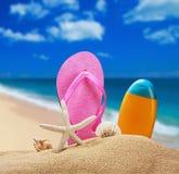 Accesorios de la playa para relajarse en la arena Imagen de archivo