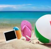 Accesorios de la playa para relajarse en la arena Imagenes de archivo