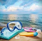Accesorios de la playa para relajarse en la arena Imagen de archivo libre de regalías