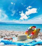 Accesorios de la playa por el mar Fotos de archivo