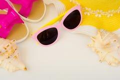Accesorios de la playa y cáscaras del mar Sombrero femenino, deslizadores, vidrios, cáscaras del mar Sueño del verano de las vaca Fotografía de archivo libre de regalías