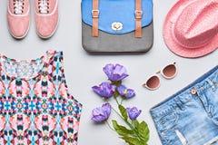 Accesorios de la ropa de la muchacha de la moda fijados Estilo del inconformista Fotos de archivo libres de regalías