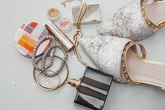 Accesorios de la ropa de la mujer de la moda fijados Moda Cosmet del esencial Foto de archivo libre de regalías