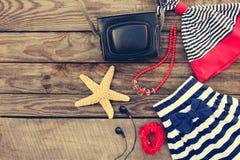 Accesorios de la ropa y de la playa de los niños del verano para su día de fiesta del mar Foto de archivo libre de regalías
