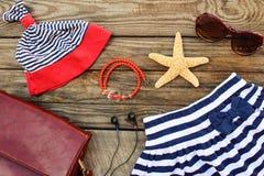 Accesorios de la ropa y de la playa de los niños del verano para su día de fiesta del mar Fotos de archivo libres de regalías