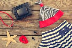 Accesorios de la ropa y de la playa de los niños del verano para su día de fiesta del mar Fotos de archivo