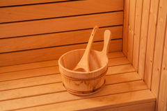 Accesorios de la sauna cubo de madera con la cuchara Imagen de archivo