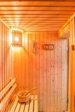 Accesorios de la sauna en el sitio de la sauna, lugar de madera del cubo en el banco Fotos de archivo