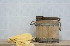 Accesorios de la sauna en un banco de madera Fotografía de archivo
