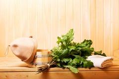 Accesorios de la sauna en una sauna de madera Fotografía de archivo