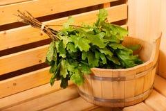 Accesorios de la sauna en una sauna de madera Imagenes de archivo