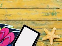 Accesorios de la tableta y de la playa Fotos de archivo libres de regalías