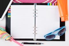 Accesorios de la tableta y de la playa del sombrero de paja del cuaderno del diario en el fondo blanco Fotografía de archivo libre de regalías
