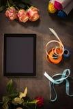 Accesorios de la tableta y del florista de Digitaces en la tabla Imágenes de archivo libres de regalías