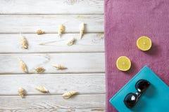 Accesorios de la toalla y del verano de playa en el fondo de madera blanco concepto del recorrido Mofa en blanco para arriba para Fotografía de archivo