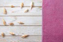 Accesorios de la toalla y del verano de playa en el fondo de madera blanco concepto del recorrido Mofa en blanco para arriba para Foto de archivo libre de regalías