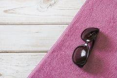 Accesorios de la toalla y del verano de playa en el fondo de madera blanco Visión desde arriba Mofa en blanco para arriba para ha Fotografía de archivo libre de regalías