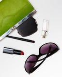 Accesorios de la visión superior para la mujer Las gafas de sol elegantes, bolso verde, lápiz labial, perfume, forman endecha pla Foto de archivo libre de regalías