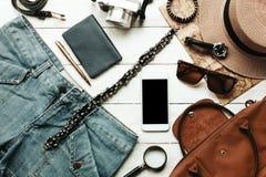 Accesorios de la visión superior a viajar con concepto de la ropa de las mujeres blanco Imagenes de archivo