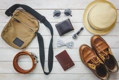 Accesorios de la visión superior a viajar con concepto de la ropa del hombre Imagenes de archivo