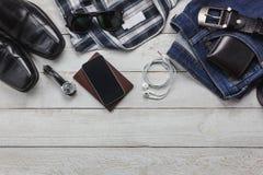 Accesorios de la visión superior a viajar con concepto de la ropa del hombre Fotos de archivo