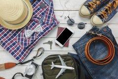 Accesorios de la visión superior a viajar con concepto de la ropa del hombre Imagen de archivo