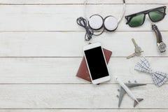Accesorios de la visión superior a viajar con concepto de la ropa del hombre Imágenes de archivo libres de regalías