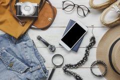 Accesorios de la visión superior a viajar con concepto de la ropa de las mujeres Imágenes de archivo libres de regalías