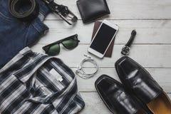 Accesorios de la visión superior a viajar con ropa del hombre Imagen de archivo