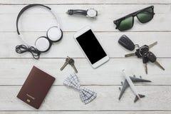 Accesorios de la visión superior a viajar con ropa del hombre Fotos de archivo libres de regalías
