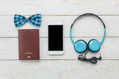 Accesorios de la visión superior a viajar con ropa del hombre Foto de archivo