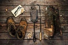 Accesorios de las botas, de la leña y de la chimenea - invierno foto de archivo libre de regalías