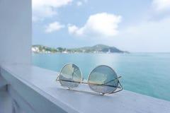 Accesorios de las gafas de sol en la playa Foto de archivo libre de regalías