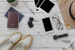 Accesorios de las mujeres de la visión superior a viajar concepto Foto de archivo libre de regalías