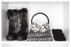 Accesorios de las mujeres de la moda del invierno en el estante blanco fotografía de archivo