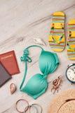 Accesorios de las mujeres para el resto de la playa Fotos de archivo