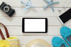 Accesorios de las vacaciones de la mujer, objetos del estilo de vida y tableta Imagen de archivo