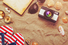 Accesorios de las vacaciones de las vacaciones de verano en la arena de la playa Imágenes de archivo libres de regalías