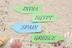 Accesorios de las vacaciones en fondo de la arena Fotos de archivo
