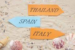 Accesorios de las vacaciones en fondo de la arena Foto de archivo libre de regalías