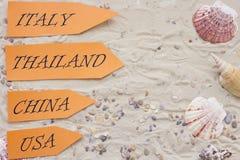 Accesorios de las vacaciones en fondo de la arena Fotos de archivo libres de regalías