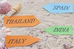 Accesorios de las vacaciones en fondo de la arena Fotografía de archivo