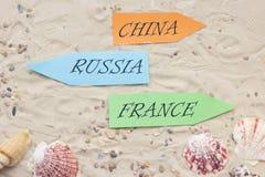 Accesorios de las vacaciones en fondo de la arena Imagenes de archivo