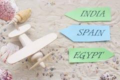 Accesorios de las vacaciones en fondo de la arena Imagen de archivo libre de regalías