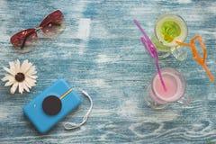 Accesorios de las vacaciones en un fondo de madera azul Fotografía de archivo libre de regalías
